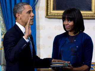 Michelle Obama holds bible-10946