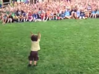 VIDEO: Toddler walks up, takes control of crowd