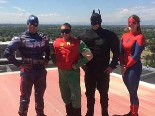 Superhéroes visitan a menores hospitalizados
