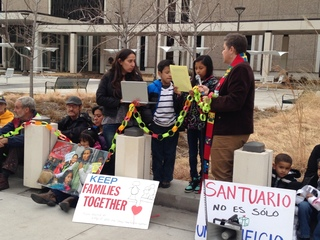 Inmigrantes protestan cancelación de audiencias