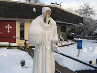 Cargos para jóvenes por dañar estatua religiosa