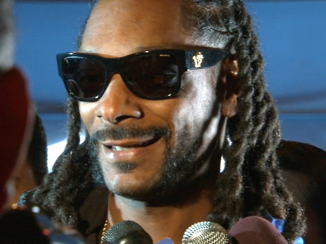 Snoop Dogg asks Peyton Manning for Papa John's discount at Super Bowl
