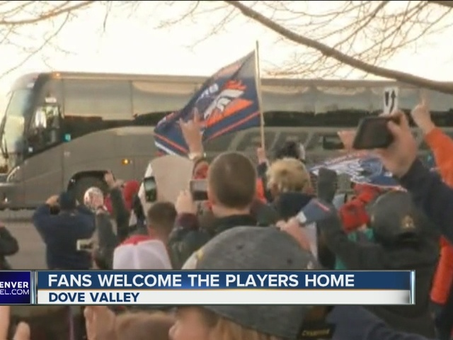 Fans welcome Broncos players at Dove Valley