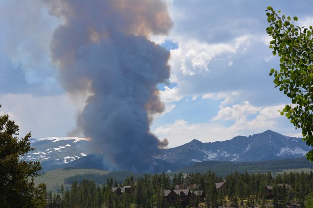 Peak 2 wildfire puts Colorado town on evacuation alert