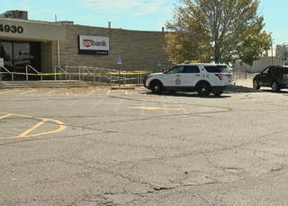 2 armed men rob Denver bank