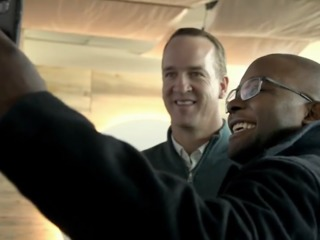 Peyton Manning surprises travelers at DIA